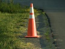 Оранжевый конус рабочой зоны на стороне дороги Стоковые Изображения RF