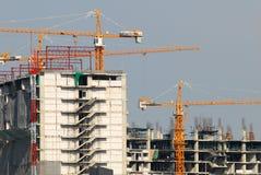 Оранжевый кран на строительной площадке Стоковая Фотография