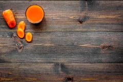Оранжевый напиток вытрезвителя с paprica и морковь на темном деревянном copyspace взгляд сверху предпосылки Стоковое Фото