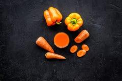 Оранжевый напиток вытрезвителя с paprica и морковь на черном copyspace взгляд сверху предпосылки Стоковые Фотографии RF