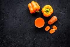 Оранжевый напиток вытрезвителя с paprica и морковь на черном copyspace взгляд сверху предпосылки Стоковая Фотография