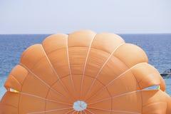 Оранжевый парашют стоковые изображения