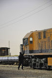 Оранжевый поезд и механики поезда тряся руки Стоковое фото RF