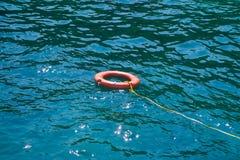 Оранжевый поплавок lifebuoys на море Стоковые Изображения