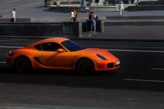 Оранжевый Порше 911 в городе Стоковая Фотография RF