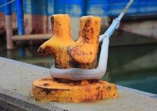 Оранжевый поляк металла для причаливать кораблей на пристани Стоковое фото RF