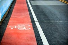 Оранжевый путь велосипеда на дороге Стоковая Фотография RF