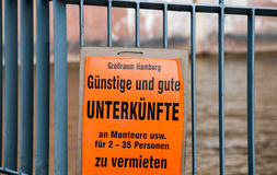 Оранжевый плакат предлагая дешевые комнаты для работников Стоковые Изображения RF