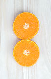 Оранжевый плодоовощ отрезанный на деревянном столе Стоковая Фотография