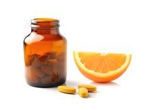 Оранжевый плодоовощ с таблеткой Витамина C на белой предпосылке Стоковые Изображения RF