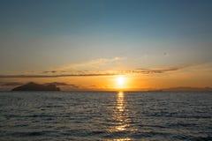 Оранжевый рассвет и темная вода Стоковое Изображение