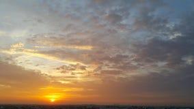 Оранжевый свет Солнця отражает облако Стоковое Изображение RF