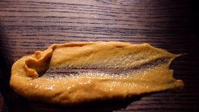 Оранжевый соус на деревянном столе r Смазанный соус на таблице Очень вкусная концепция еды сток-видео