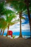 Оранжевый спасатель на песочном славном пляже стоковые изображения rf
