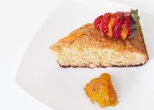Оранжевый торт с клубникой стоковое изображение
