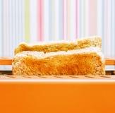 Оранжевый тостер с 2 кусками хлеба Стоковое Фото