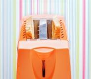 Оранжевый тостер с 2 кусками хлеба Стоковые Изображения