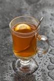 Оранжевый чай лимона в дожде Стоковые Фотографии RF