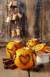 Оранжевый шарик pomander при свеча украшенная с гвоздичными деревьями в сердце Стоковое фото RF