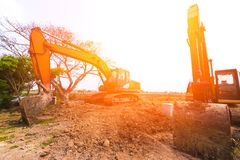 Оранжевый backhoe на том основании стоковое фото rf