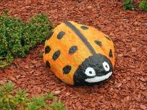 Оранжевый ladybird - покрашенный камень стоковая фотография rf