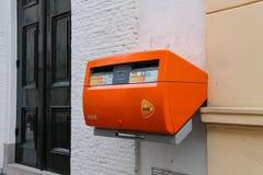 Оранжевый postbox на стене здания в Utrecht, Netherlan Стоковые Изображения RF