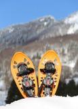 2 оранжевых snowshoes в горах в зиме Стоковые Фото