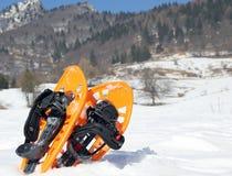 2 оранжевых snowshoes в горах в зиме Стоковое Фото