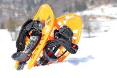 2 оранжевых snowshoes в горах в зиме Стоковые Фотографии RF