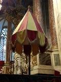 Ораторство на главном алтаре собора Нарбонны стоковые изображения rf