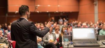 Оратор давая беседу на бизнес-мероприятии стоковое фото rf