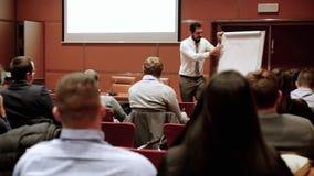 Оратор давая беседу на бизнес-мероприятии акции видеоматериалы