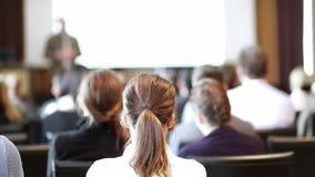 Оратор давая беседу на бизнес-мероприятии сток-видео