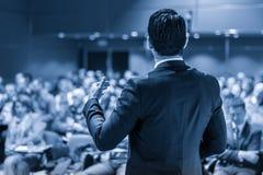 Оратор давая беседу на бизнес-мероприятии Стоковые Изображения RF