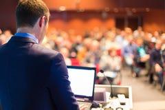 Оратор на бизнес-конференции стоковые изображения rf