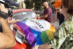 Организаторы устанавливают флаг Arcigay на машине на событии гордости Лациа стоковое фото rf