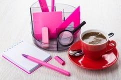 Организатор с инструментами канцелярских принадлежностей, блокнот, ручка, кофе в красной чашке Стоковые Фотографии RF