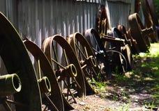 Организованные винтажные ржавые оправы трактора стоковое фото
