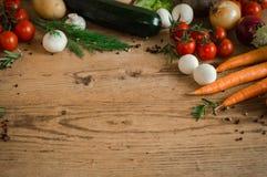 Органическая вегетарианская диета Свежие овощи на деревянной таблице предпосылки Стоковая Фотография RF