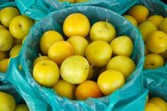 Органическая корзина яблок немногое желтый сбор плодоовощей Стоковые Изображения RF