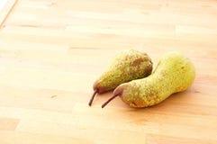 Органическая свежая груша на деревянной предпосылке, sunlit Стоковое Фото