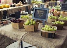 Органические виноградины на рынке фермера Стоковые Изображения
