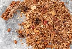 Органические домодельные хлопья Granola с овсами, миндалиной, анисовкой и cin Стоковое Изображение RF