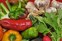 Органические и здоровые овощи и красная предпосылка Стоковая Фотография RF