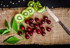Органические киви & плодоовощ вишни изолированный на черной предпосылке Стоковое Изображение