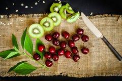 Органические киви & плодоовощ вишни на черной предпосылке Стоковое Изображение RF