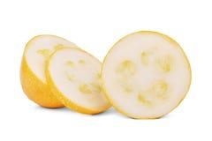 Органические куски цукини вполне питательных витаминов, изолированный на белой предпосылке Ингридиенты от сада Стоковые Фото
