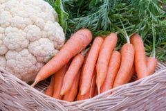 Органические моркови и цветная капуста Стоковые Изображения