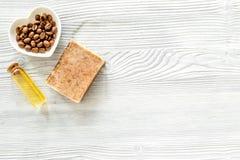 Органические мыло кофе, зерна кофе и масло на деревянном copyspace взгляд сверху предпосылки Стоковые Изображения RF