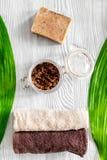 Органические мыло кофе, зерна кофе и полотенце на деревянном взгляд сверху предпосылки Стоковая Фотография
